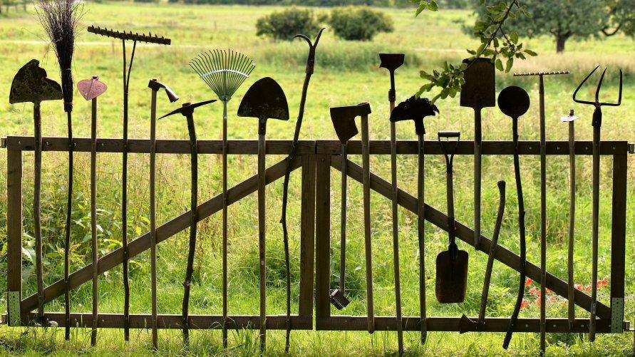 Narzędzia ogrodnicze wkomponowane w ogrodzenie