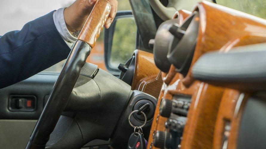 Ręce kierowcy na kierownicy