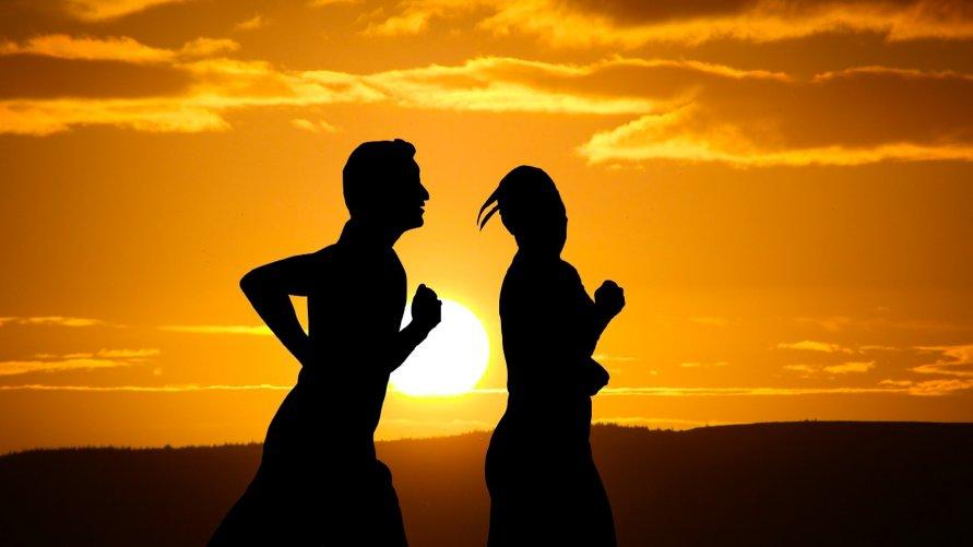 biegnąca para o zachodzie słońca